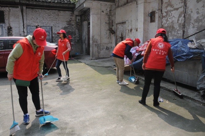 """市水利局志愿服务队在""""联包帮""""大院开展集中清扫活动"""
