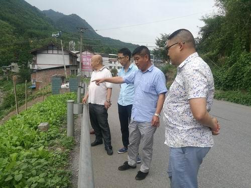 荥经县人大常委会副主任余川一行到青龙乡检查指导河长制工作